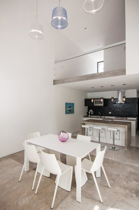 Casa Minimalista de dos pisos, diseño de Fachada simple y colores acorde 7
