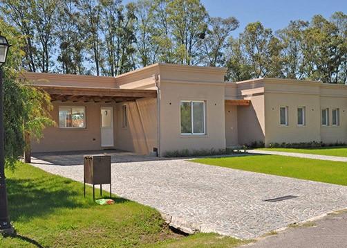 Casa tipo campo de estilo cl sico mundo fachadas for Fachadas de casas estilo clasico