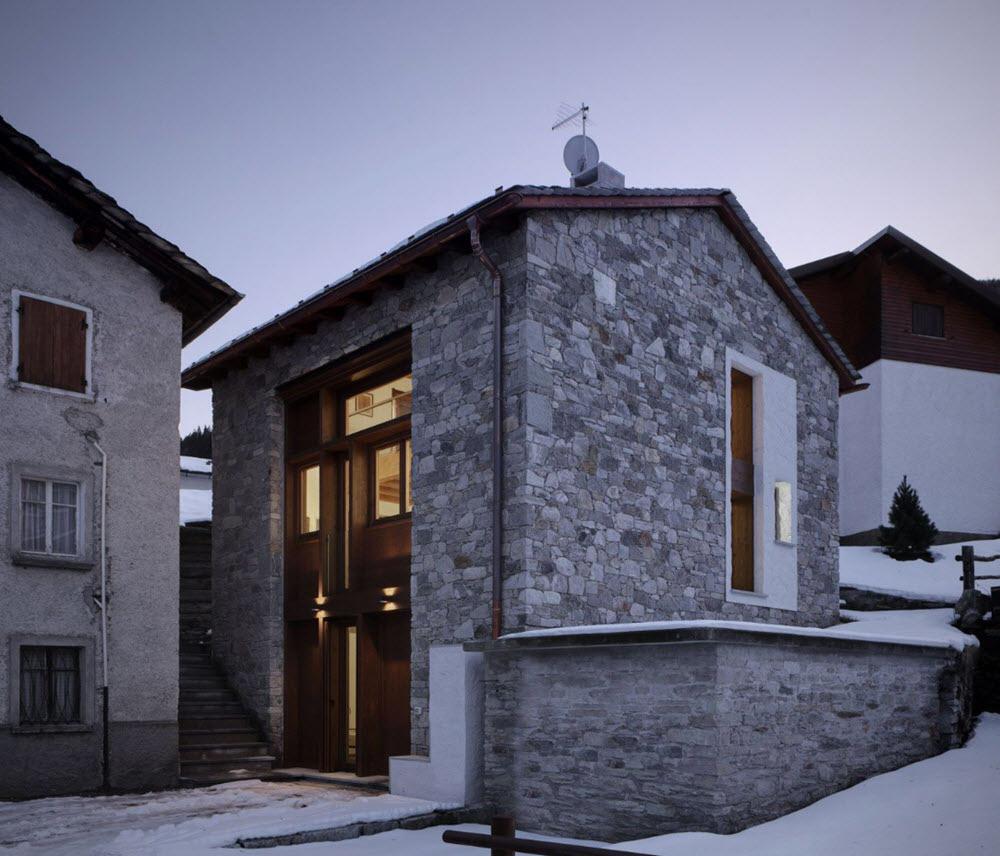 Pequeña vivienda Estilo Tradicional, exteriores rústicos e interiores modernos.