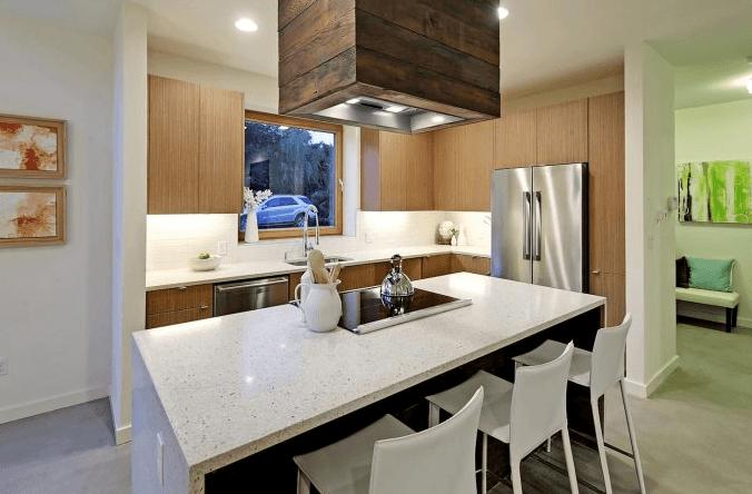 Casa peque a de tres pisos conocemos un moderno interior for Fachadas de casas de tres pisos pequenas