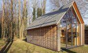 Pequeña cabaña de madera, mostramos interiores y como se abre hacia el exterior