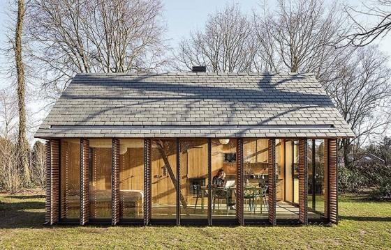 pequena-cabana-de-madera-mostramos-interiores-y-como-se-abre-hacia-el-exterior-2
