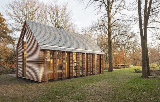 pequena-cabana-de-madera-mostramos-interiores-y-como-se-abre-hacia-el-exterior-4