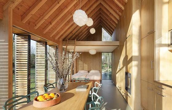 pequena-cabana-de-madera-mostramos-interiores-y-como-se-abre-hacia-el-exterior-5