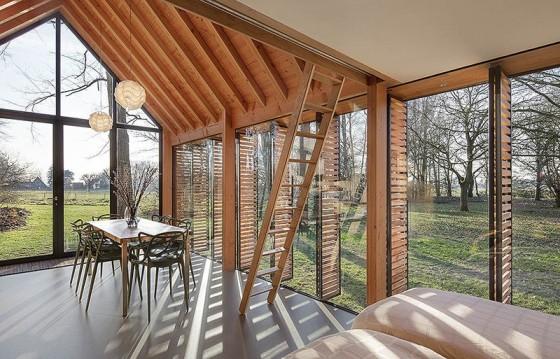 pequena-cabana-de-madera-mostramos-interiores-y-como-se-abre-hacia-el-exterior-6