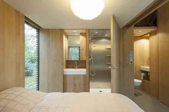 pequena-cabana-de-madera-mostramos-interiores-y-como-se-abre-hacia-el-exterior-7