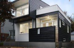 Casa con fachada metálica y construcción ligera, presentamos sus planos y un diseño interior blanco y negro