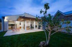 Casa de un solo piso, presentamos una fachada que combina Madera y Ladrillo