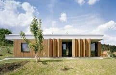 Casa simple de un piso y tres dormitorios, mostramos su combinación de madera y persianas plegables