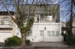 Casa Silvina y Omar, fachada simple y minimalista. Planos y diseño de interior