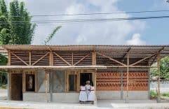 Casa de campo pequeña construida con ladrillo, concreto y bambú