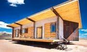 Diseño de casa pequeña reciclada, vivienda construida con diferentes materiales de construcción reciclados