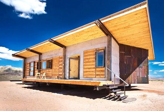 Dise o de casa peque a reciclada vivienda construida con - Casa materiales de construccion ...