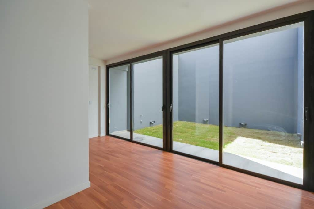 Departamento de tres pisos con fachada moderna for Diseno minidepartamento