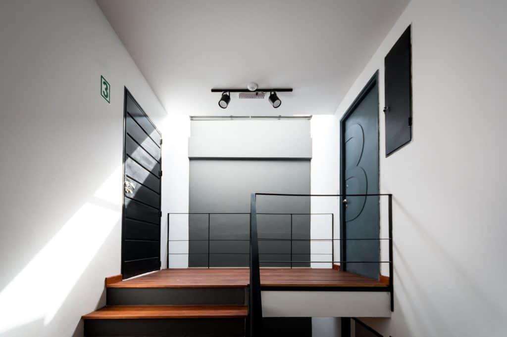 Departamento de tres pisos con fachada moderna for Pisos interiores minimalistas