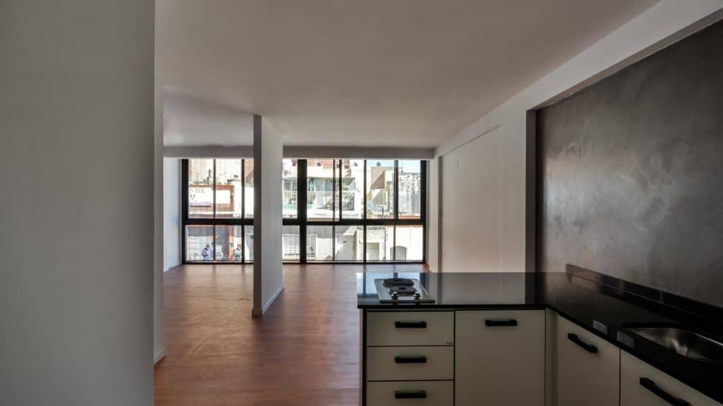 Departamento de tres pisos con fachada moderna for Departamentos minimalistas planos