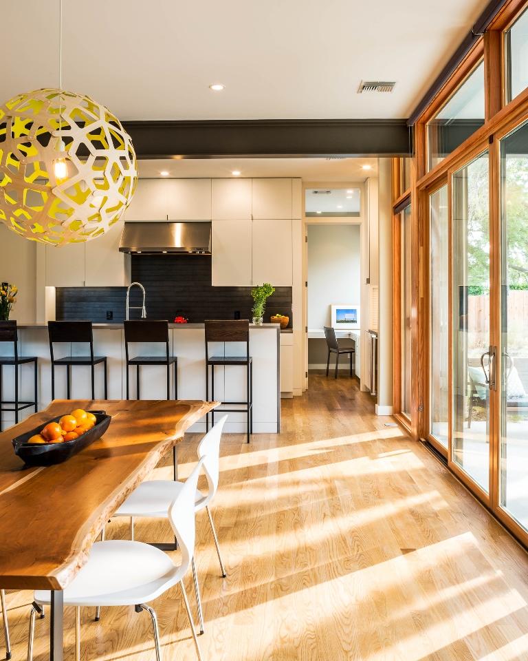 Planos de casa de dos pisos con fachada de madera y acero for Pisos interiores