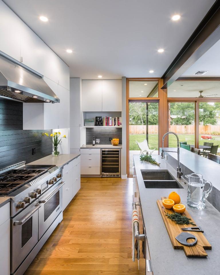 Planos de casa de dos pisos con fachada de madera y acero for Pisos para interiores de apartamentos