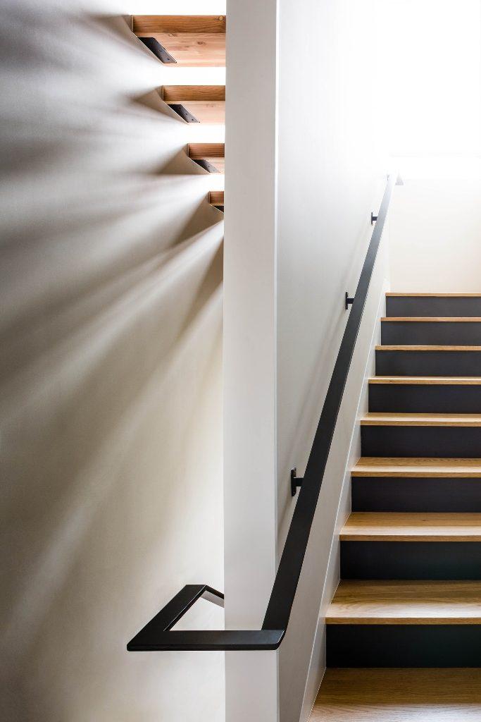 Planos de casa de dos pisos con fachada de madera y acero for Escaleras para casas de dos pisos