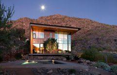 Casa moderna de dos pisos, fachada de madera con grandes cristales nos dan ideas para la construcción