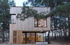 Casa de campo pequeña con moderna estructura de madera, ejemplo para fachada de dos pisos