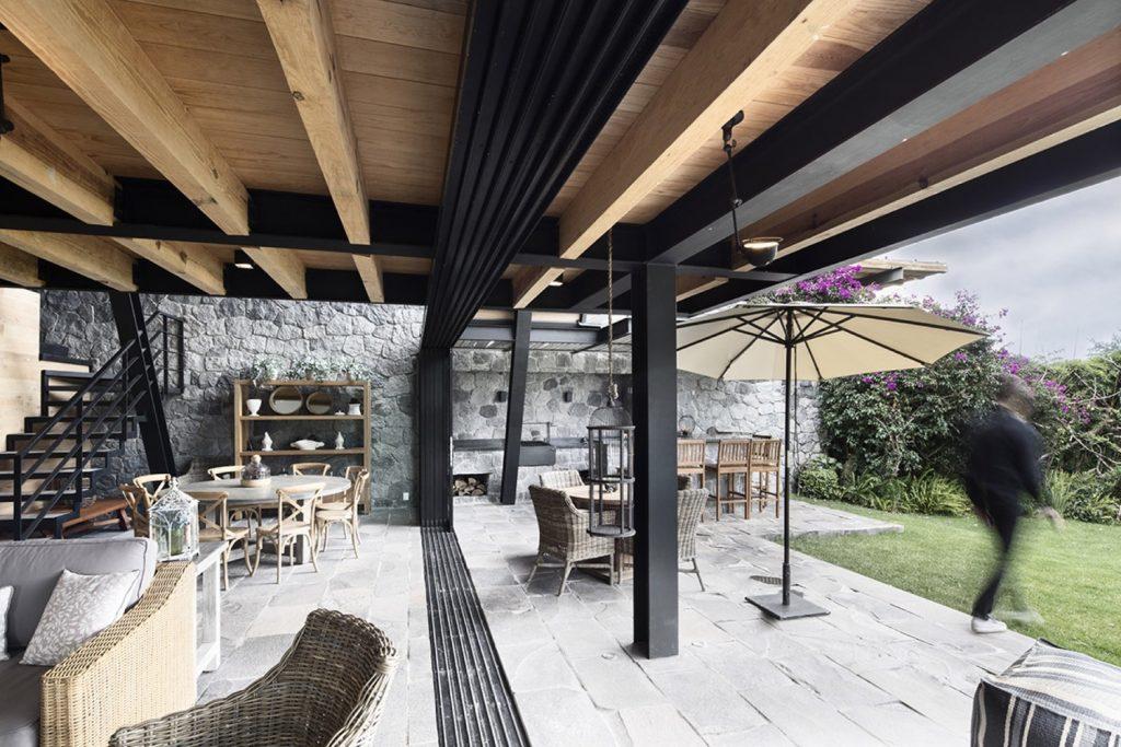 Casa moderna de dos pisos en m xico analizamos un dise o for Pisos para patios de casas