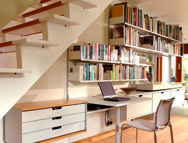 espacio debajo de escaleras usado como estudio