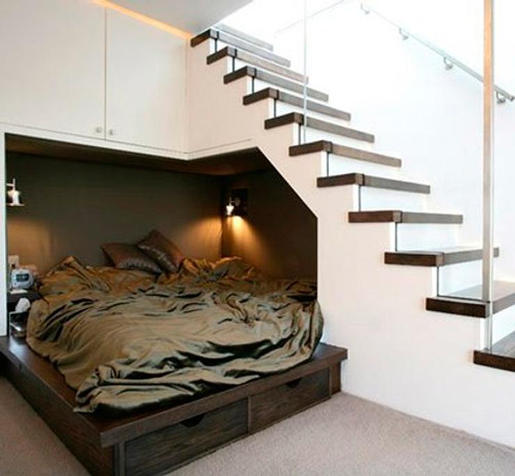 espacio debajo de escaleras con cama