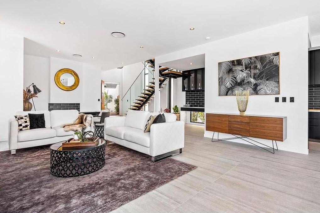 Casa moderna de dos pisos con piscina disfruta de un for Casas modernas rectangulares