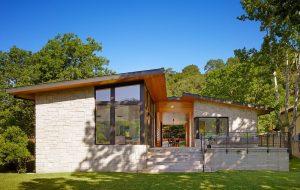 Diseño de casa de un piso con fachada de piedra y madera, te compartimos unos acabados de construcción modernos que te van a inspirar