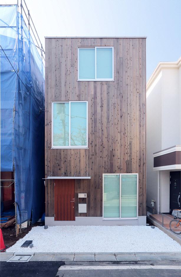 Diseño de casa prefabricada de madera, detalles de una construcción en forma vertical para ganar espacio