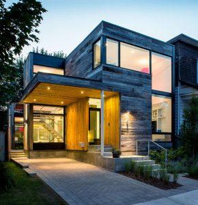 Diseño de casa de dos pisos ubicada en esquina, cuenta con una fachada moderna de madera y unos interiores sumamente luminosos