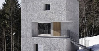 Casa pequeña con forma de cubo ideal para climas fríos en la montaña, no te pierdas un diseño simple pero duradero y conoce sus interiores