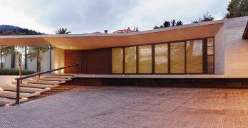 Casa moderna de un piso construida en terreno grande, conoce sus interiores y planos para obtener ideas únicas