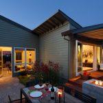 Casa de un piso moderna, disfruta de una fachada de madera con techos inclinados