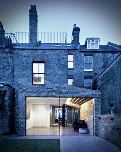 Casa del escalón – una extensión de casa simple con aires modernos en el Reino Unido