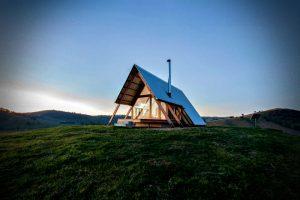 Una cabaña diferente – vistas a un paisaje rural único con una construcción de madera