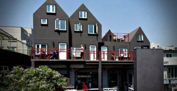 """Casa tipo loft """"The Black"""" – construcción de 4 pisos moderna en la ciudad"""