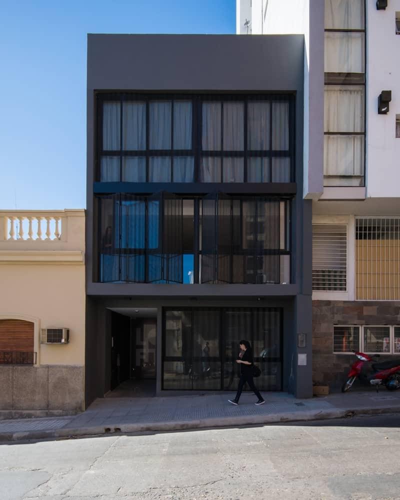 Departamento de tres pisos con fachada moderna for Casa minimalista tres pisos