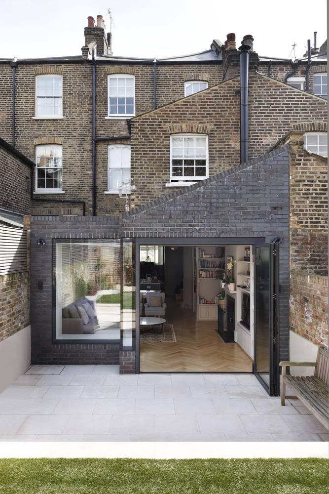 Casa de ladrillo de tres pisos descubre unos interiores for Casa minimalista tres pisos